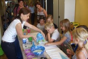 Kindergartenkinder erforschten Licht und Wasser